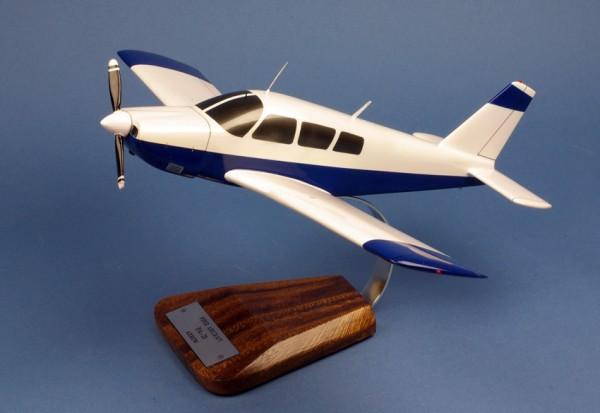 Piper PA 28 Arrow II, Schreibtischmodell aus Holz